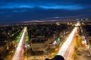 Du haut de l'Arc de Triomphe, la circulation vers l'ouest parisien